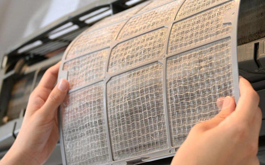 Czyszczenie filtrów powietrza w klimatyzacji